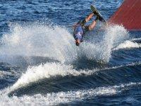 Piruetas haciendo esquí acuático