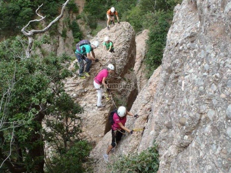 一个铁索攀岩在特雷西纳象征Aventureros