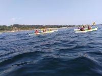 Grupo de piragüismo en el mar