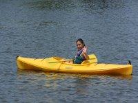 独木舟上的年轻人