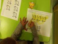 nino coloreando unos pajaros de un papel