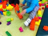 nino realizando un castillo con construcciones
