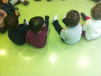 ninos sentados en el suelo