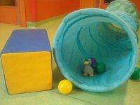 un cuadrado sillon y un tubo para los peques