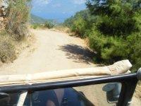 Recorriendo los caminos en el Jeep