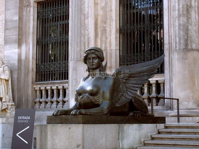 Esfinge en la entrada del museo
