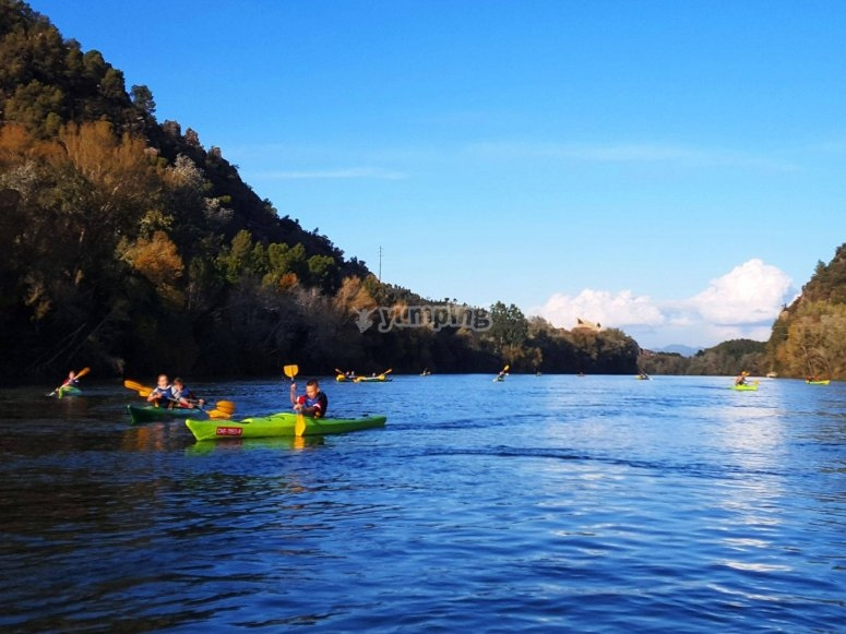 河中划独木舟