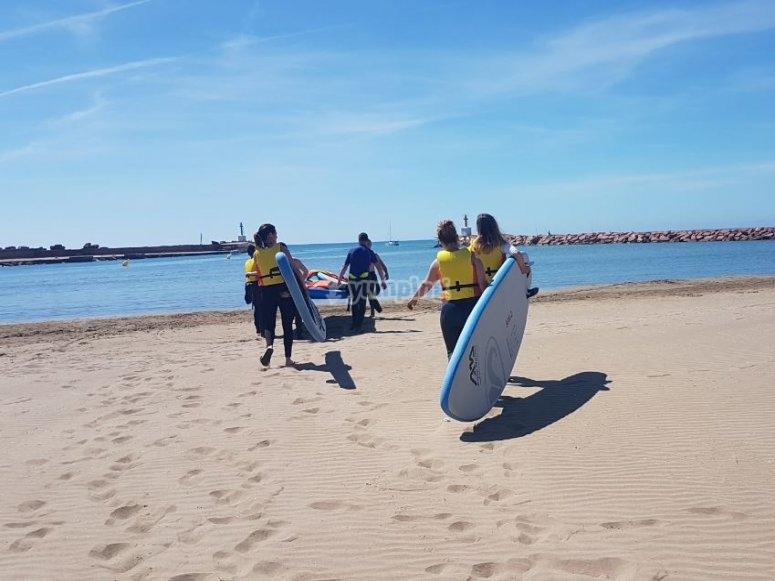 与冲浪板一起走向大海