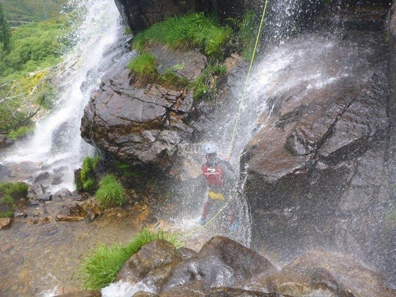 Rapel en la cascada