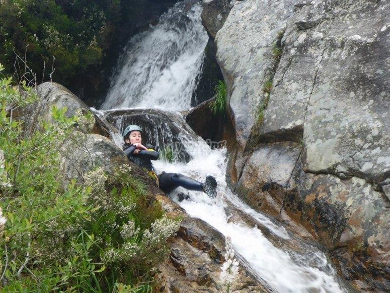 Bajando tumbada por el tobogan