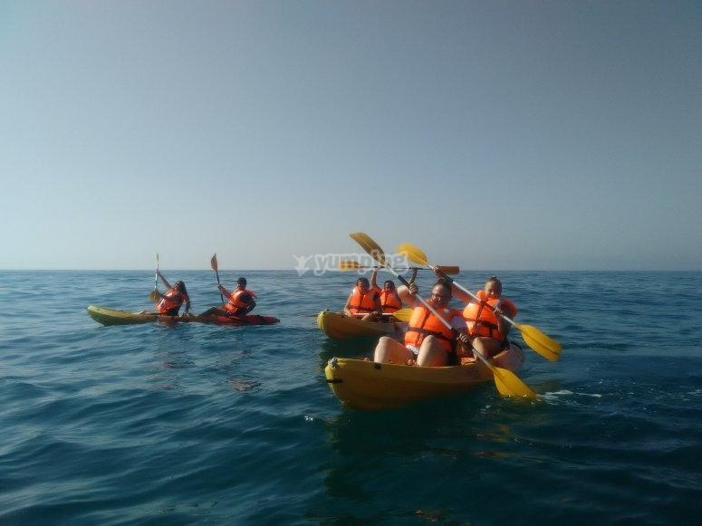 在Benalmadena海滩划船