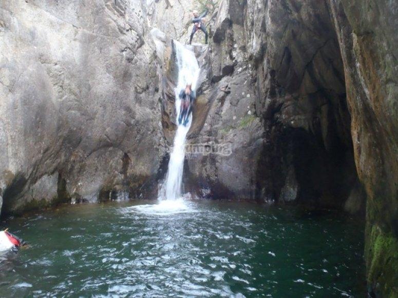 Tobogán en la cascada