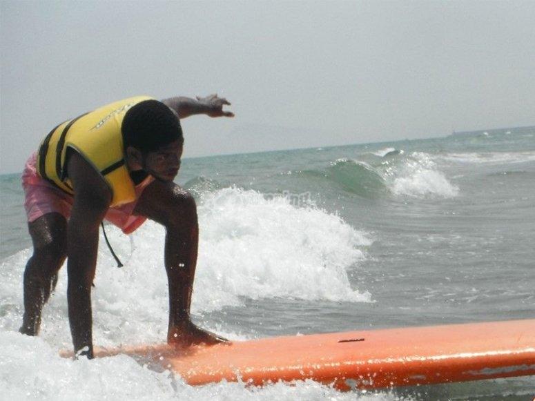 Curso de surf en la playa de Gandía