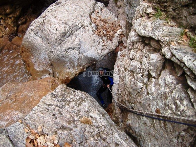 在La Corba的岩石之间穿越