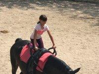 Demostrando su dominio sobre el caballo