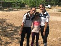 Compañerismo en el campamento de inglés e hípica