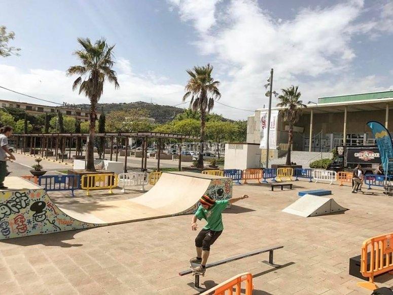 Skate en la pista de la ciudad