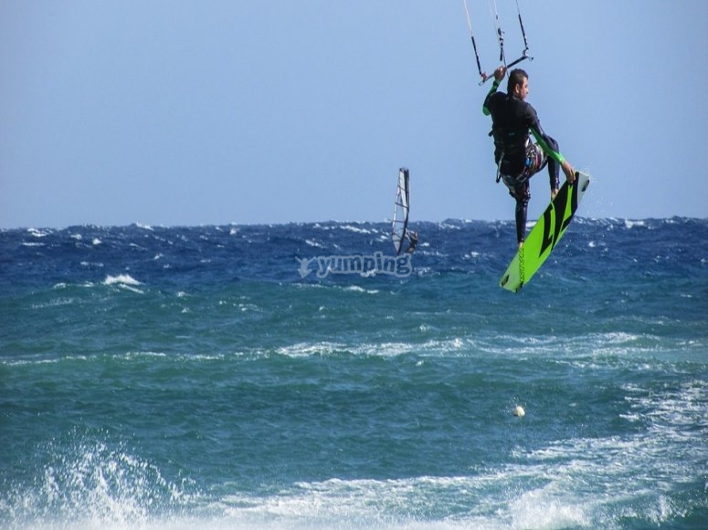 Chico practicando kitesurf