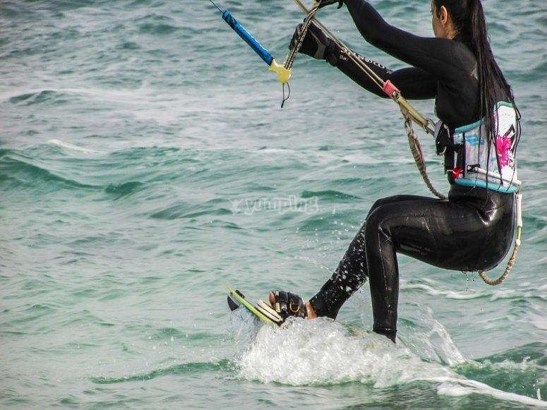 Mujer con el equipo kitesurf