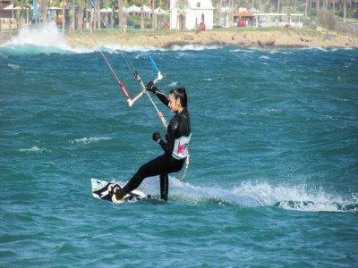 在甘迪亚2小时的风筝冲浪的洗礼