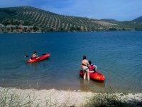 Subiendo a los kayaks en el agua del embalse