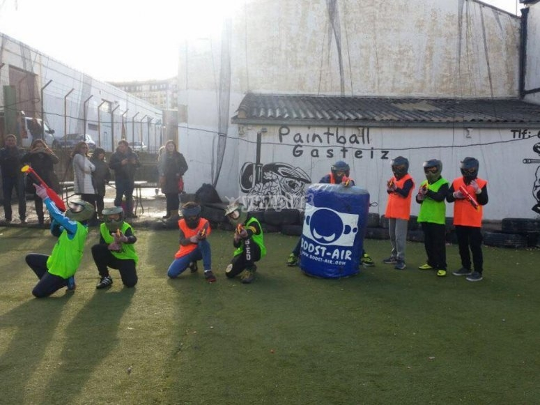 Partida de paintball infantil