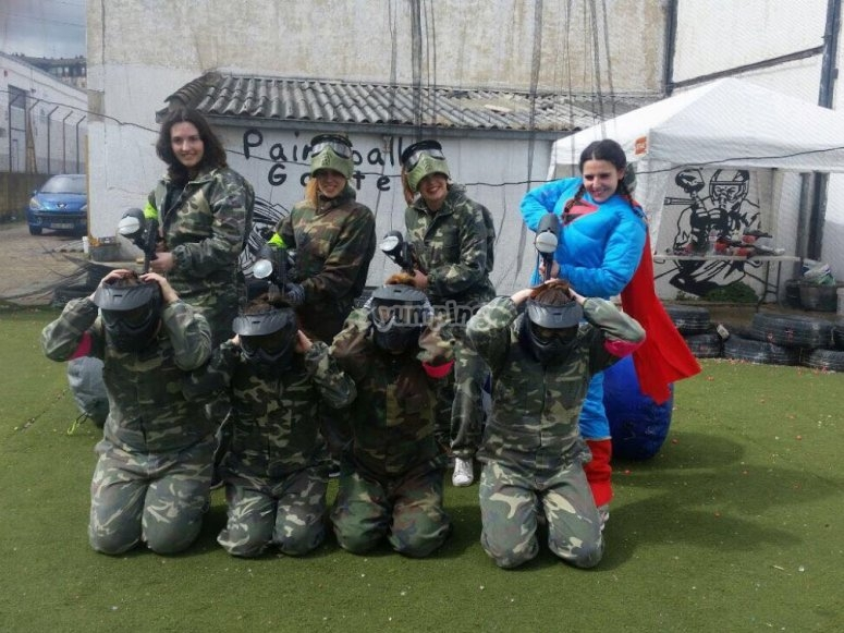 Grupo de rehenes en paintball