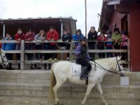 A caballo con los companeros observando