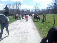 En el camino con los caballos y los ninos