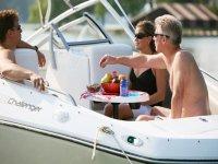 午餐在船上豪华游艇