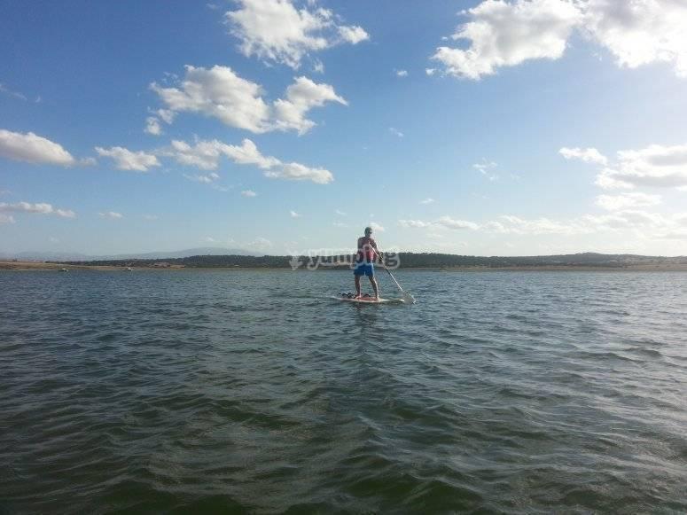 在杜拉顿(Duraton)划桨冲浪