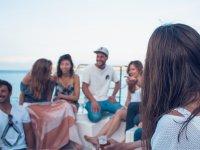Pasajeros riendo en el barco