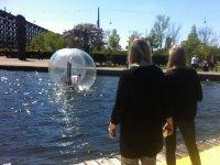 Observando el movimiento de la pelota en el agua