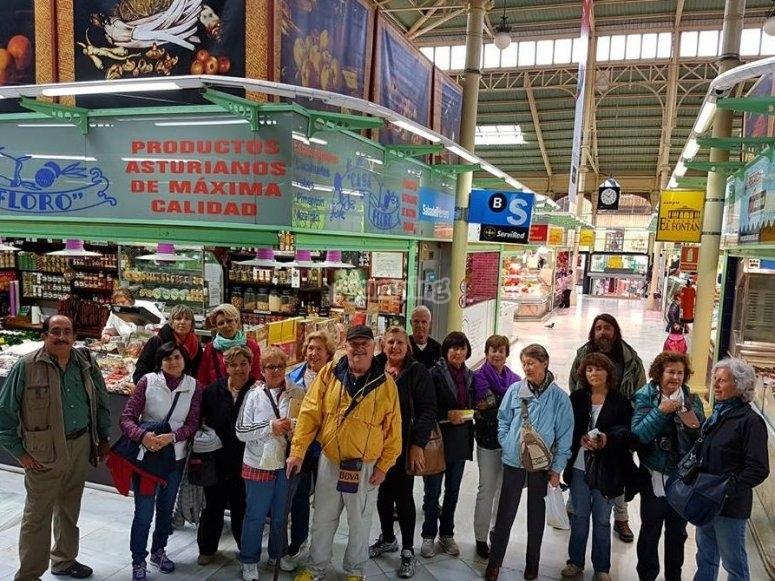 Grupo en el mercado El Fontan