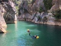在峡谷的水池中沐浴