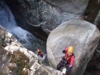 与溪降下来峡谷Diviertete消暑