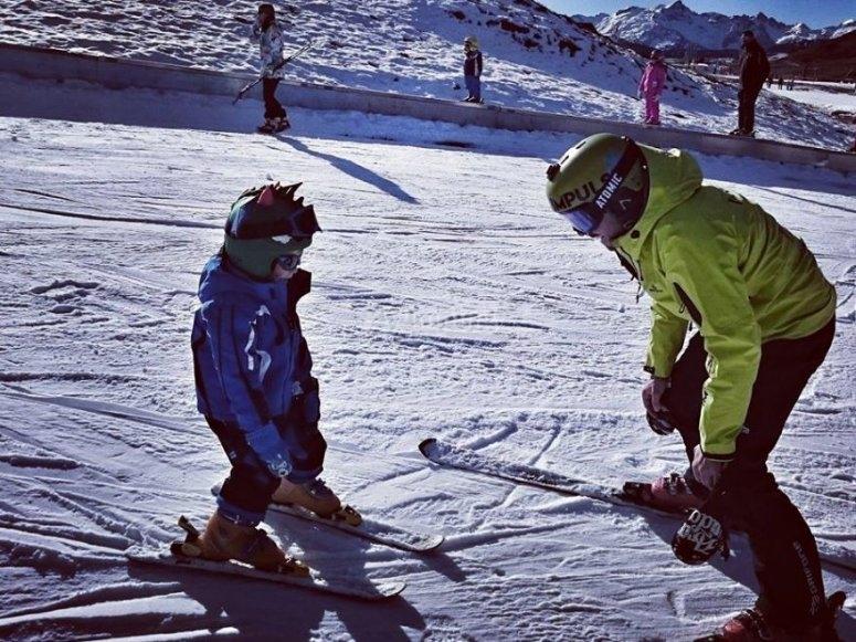 Profesor de esqui con alumna