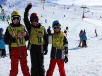 Grupo de niños con profesor de esquí