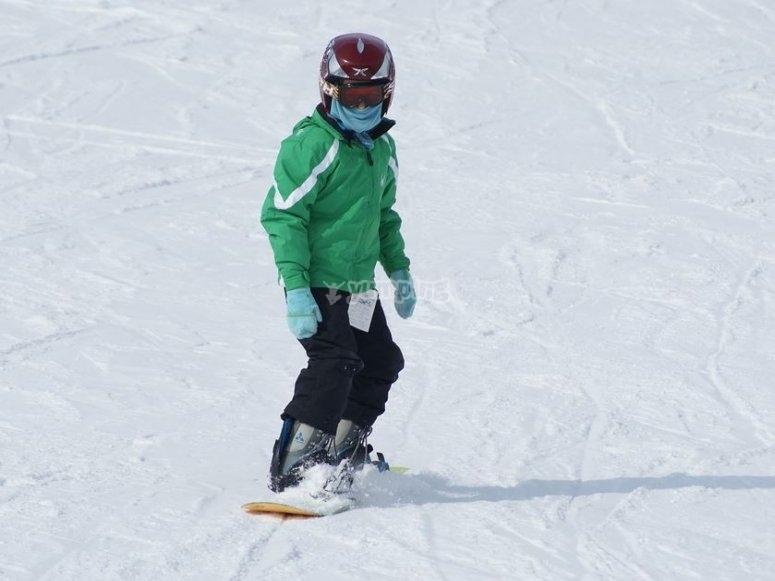 Nino sobre la tabla de snow