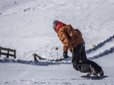 Clase familiar de snowboard en Baqueira medio día