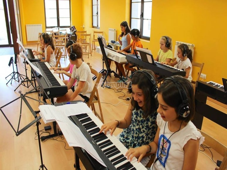 学生演奏乐器