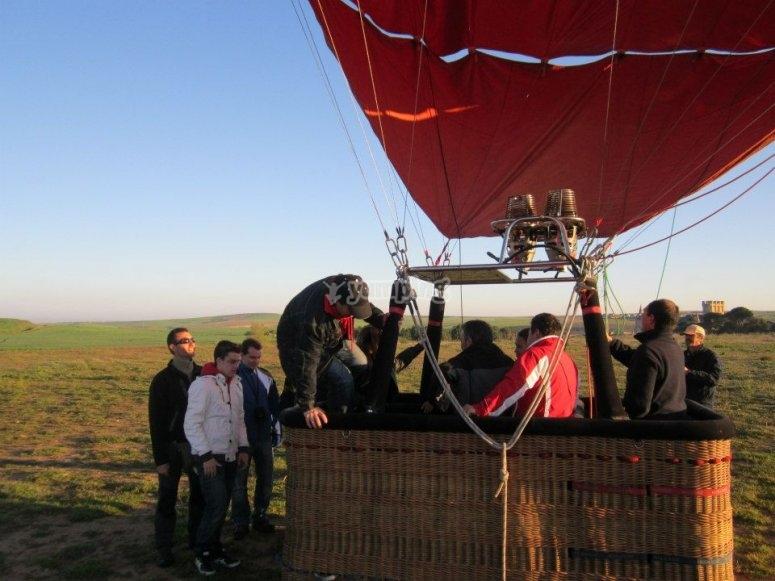 Subiendo a la cesta del globo