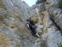 在岩壁之间攀岩