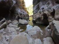 在峡谷壁之间