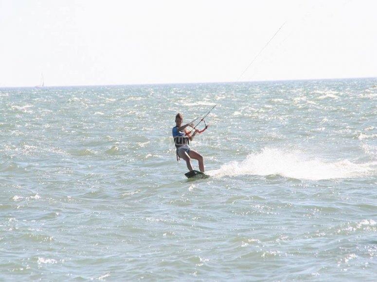 风筝冲浪在安全的海滩