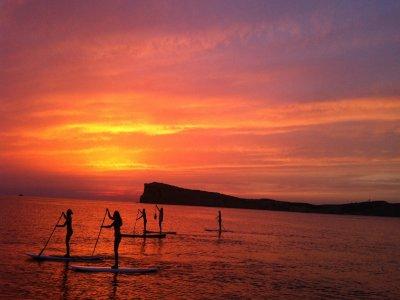 小船旅行和桨冲浪在日落在伊维萨岛