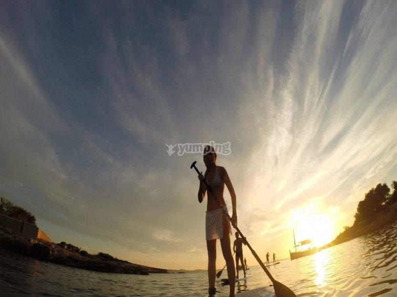 Paddle surf con puesta de sol