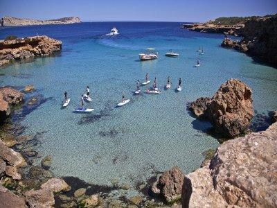 在伊比沙岛全天乘船游览和划桨冲浪
