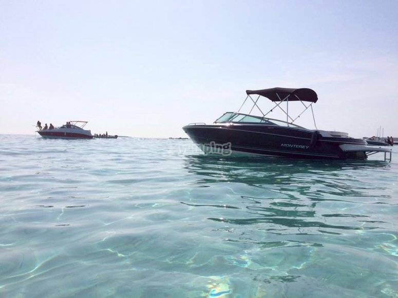 Barco Monterey en alta mar