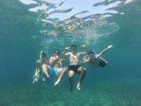 Con gafas de buceo debajo del mar